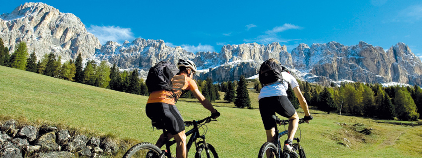 Zwei Mountainbiker in den Dolomiten